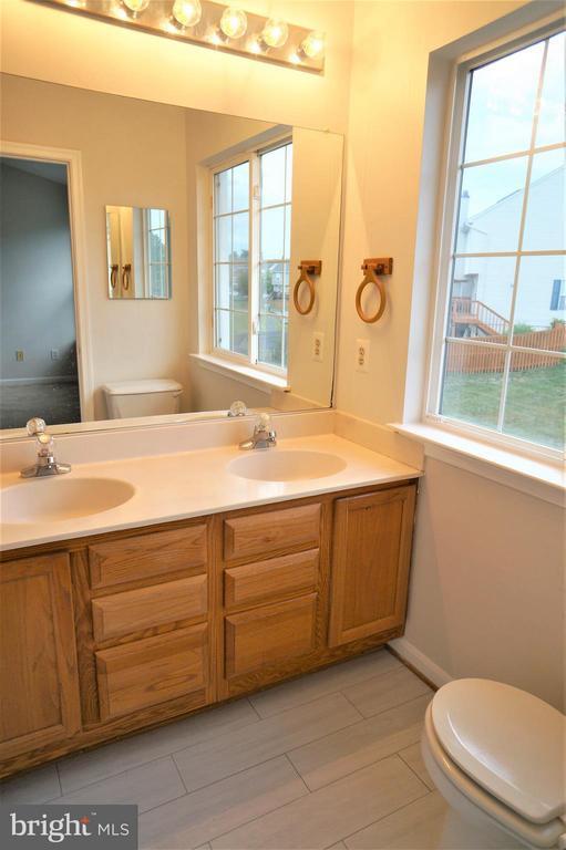 Mstr. Bath w/Dual Sink,New FloorTIle & Lrg Tub - 16948 TOMS RIVER LOOP, DUMFRIES