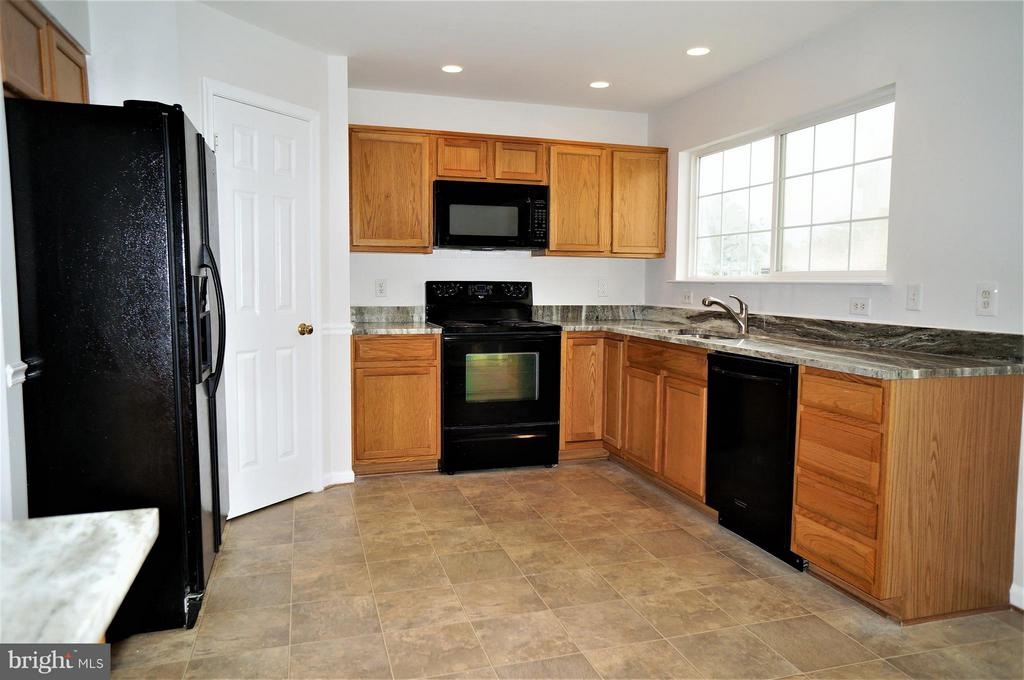 Kitchen with Granite Counter Tops - 16948 TOMS RIVER LOOP, DUMFRIES