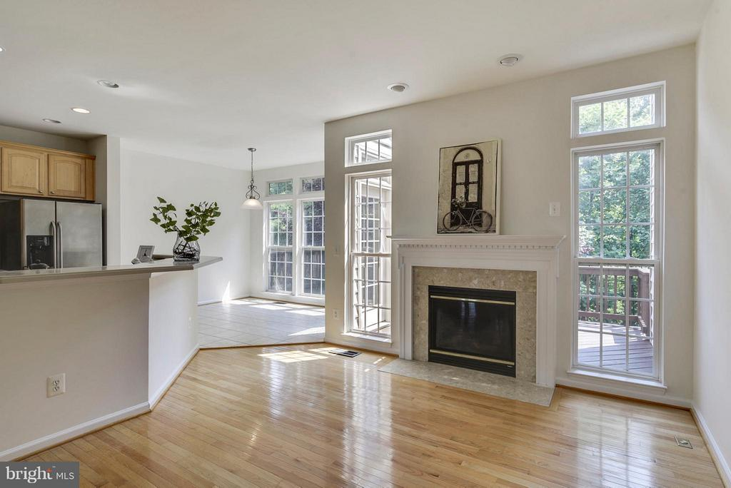 Bright family room with floor to ceiling windows - 16020 BARN SWALLOW PL, WOODBRIDGE
