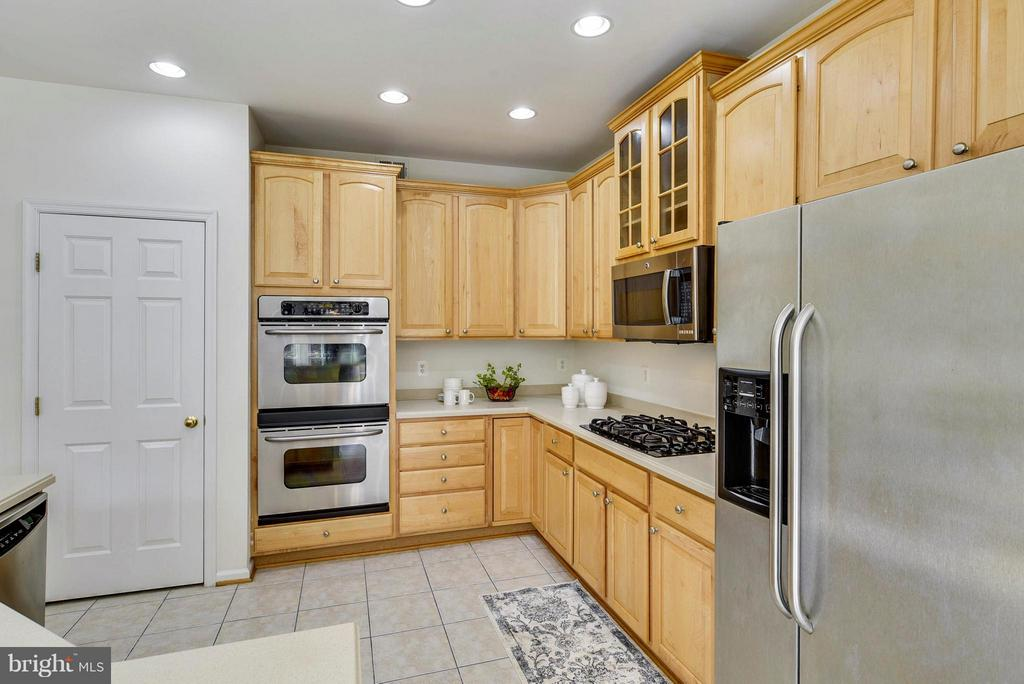 SS appliances, double oven, and pantry - 16020 BARN SWALLOW PL, WOODBRIDGE
