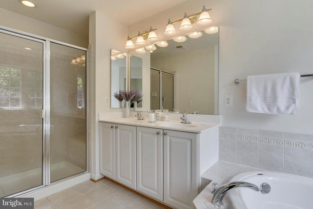 Double vanity and separate shower - 16020 BARN SWALLOW PL, WOODBRIDGE
