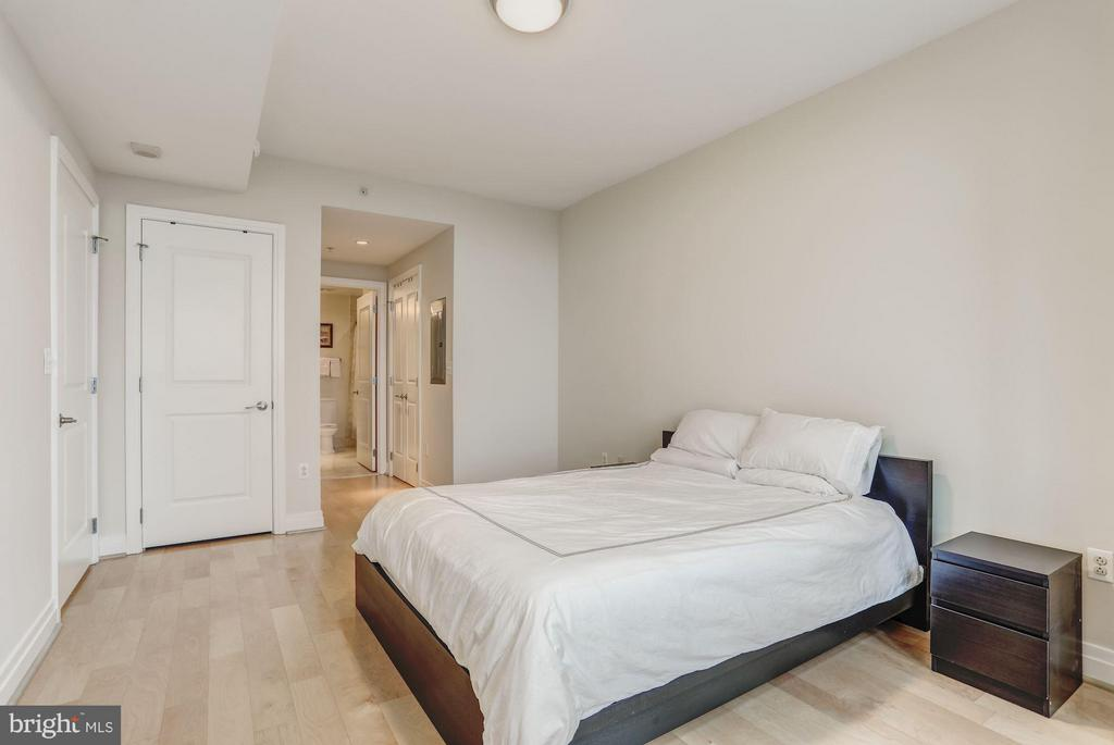 Maple Flooring Throughout - 8220 CRESTWOOD HEIGHTS DR #714, MCLEAN