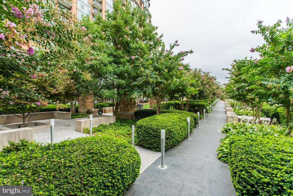 Community Landscaping - 8220 CRESTWOOD HEIGHTS DR #714, MCLEAN