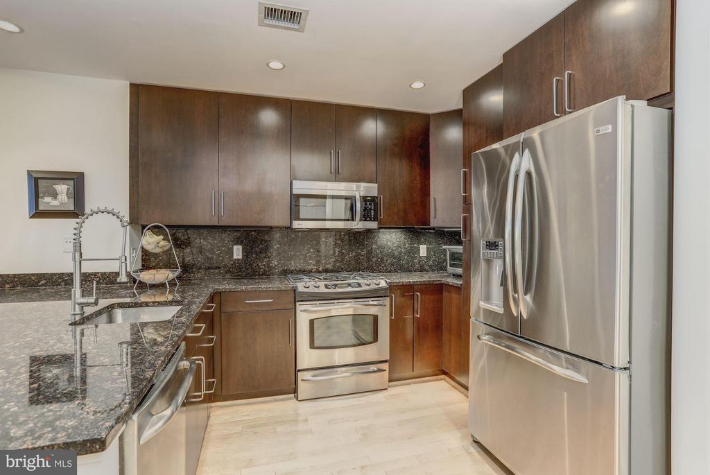 Gourmet Kitchen - 8220 CRESTWOOD HEIGHTS DR #714, MCLEAN