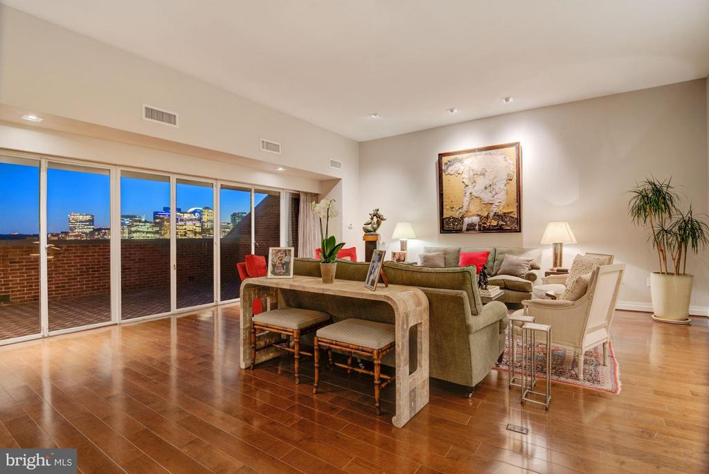Dramatic Living Room with 11' plus ceilings - 3251 PROSPECT ST NW #402, WASHINGTON