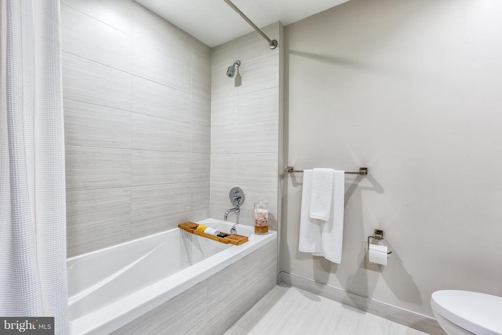 Bath - 8399 WESTPARK DR #1010, MCLEAN