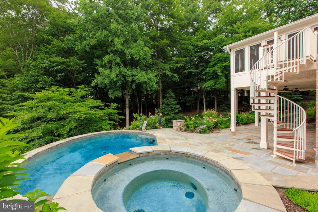 Heated pool and spa in private backyard - 296 SINEGAR PL, STERLING