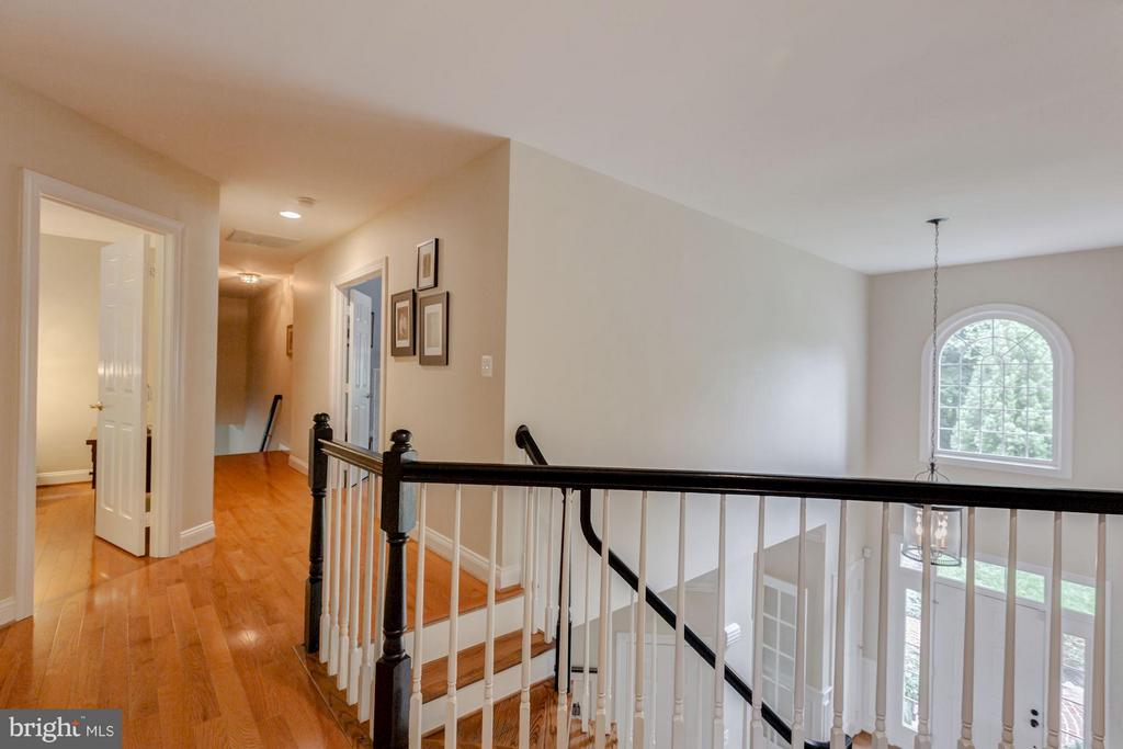 Upper landing to private bedrooms - 296 SINEGAR PL, STERLING