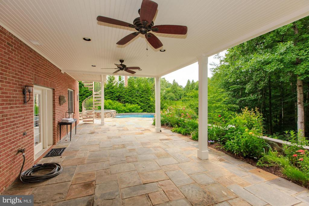 Covered patio for overflow entertaining - 296 SINEGAR PL, STERLING