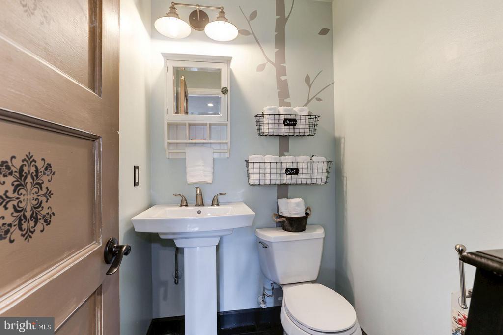 HALF BATHROOM ON MAIN LEVEL OF HOME - 415 CLAGETT ST SW, LEESBURG