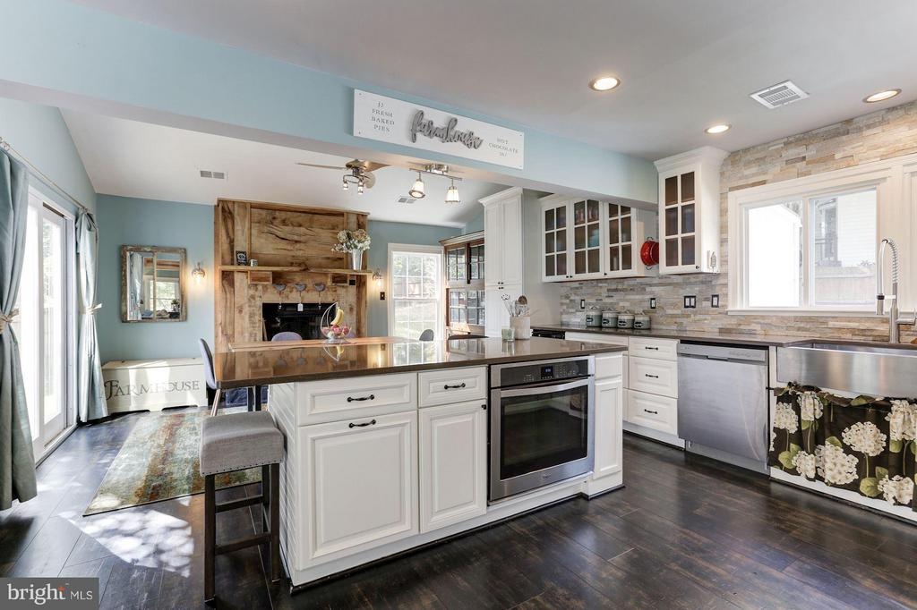 KITCHEN EXPANDED GREATLY and RENOVATED IN 2017! - 415 CLAGETT ST SW, LEESBURG