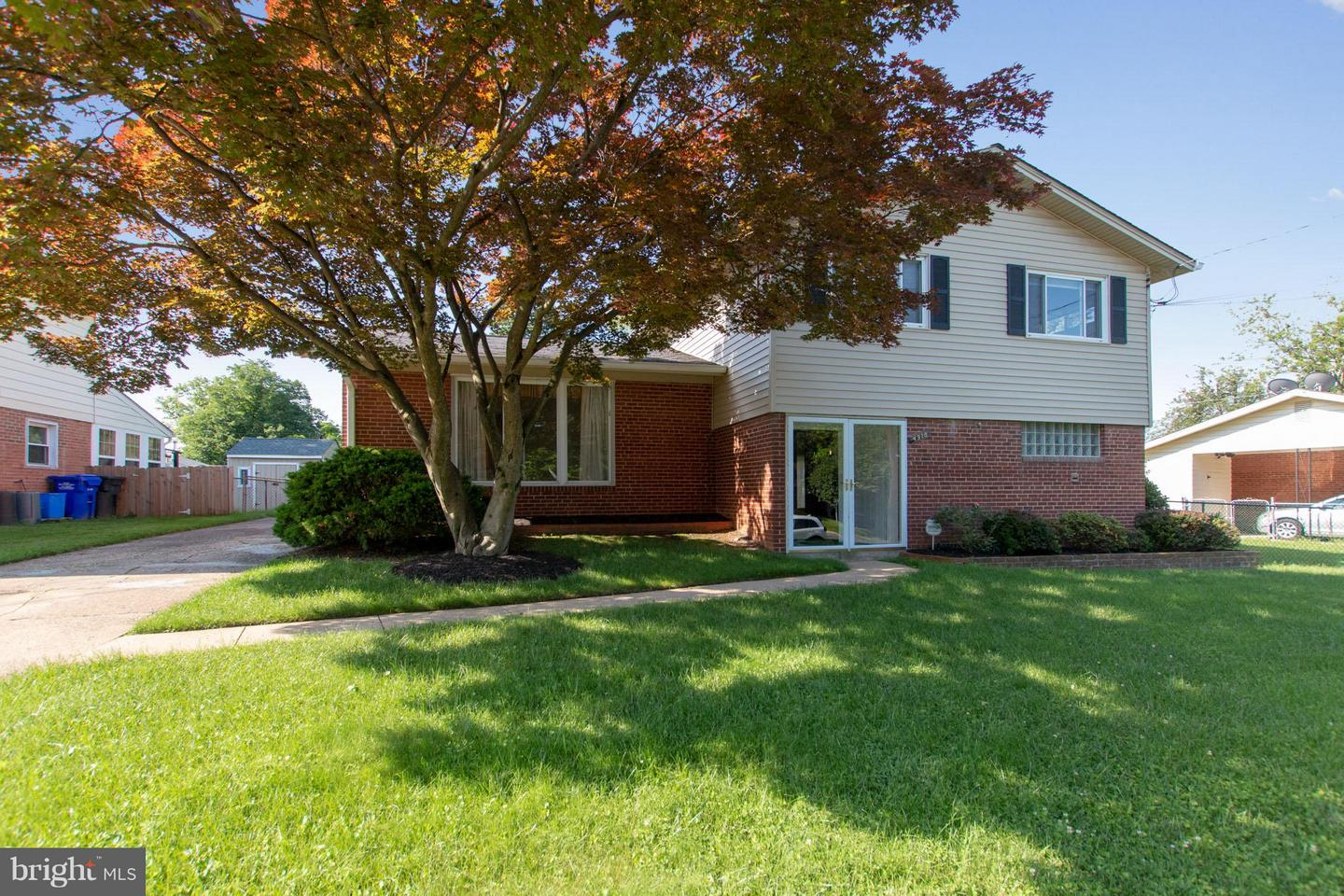 Photo of home for sale at 4918 Aspen Hill Road, Rockville MD