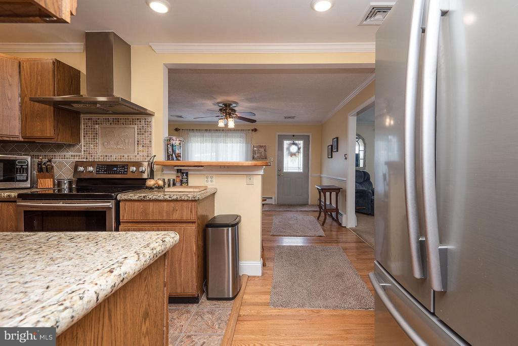 KITCHEN OPENS TO THE DINING RM & FAMILY RM - 8021 RUGBY RD, MANASSAS PARK