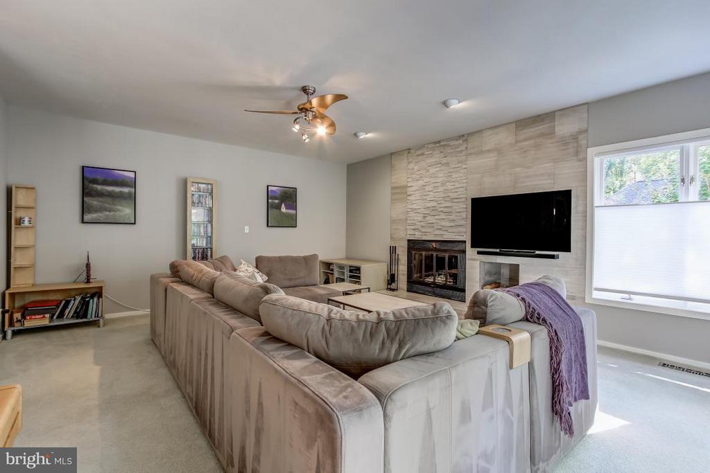 Striking custom wall houses Fireplace & TV - 1511 N VILLAGE RD, RESTON