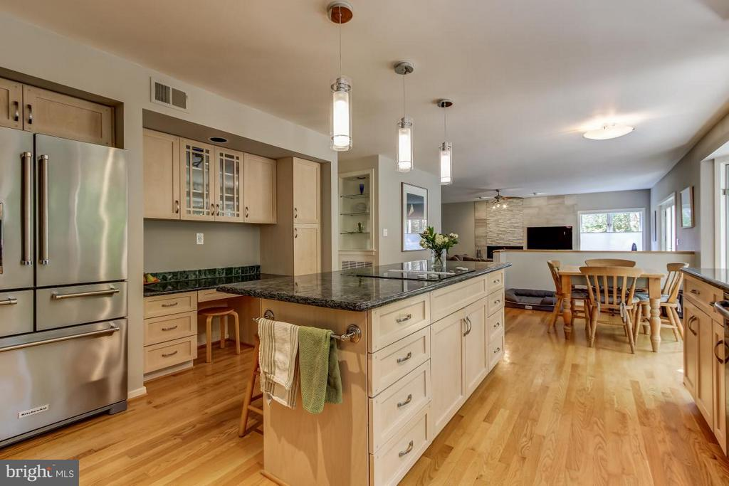 Stainless appliances, granite counters - 1511 N VILLAGE RD, RESTON