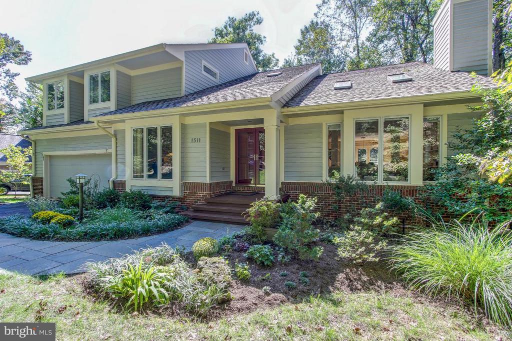 Beautifully landscaped lot! - 1511 N VILLAGE RD, RESTON