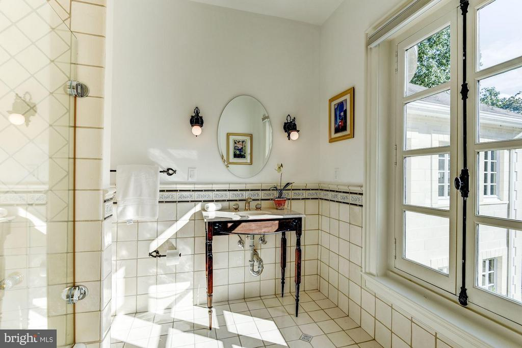 Private bath adjoining bedroom w/ beautiful window - 7705 NORTHDOWN RD, ALEXANDRIA