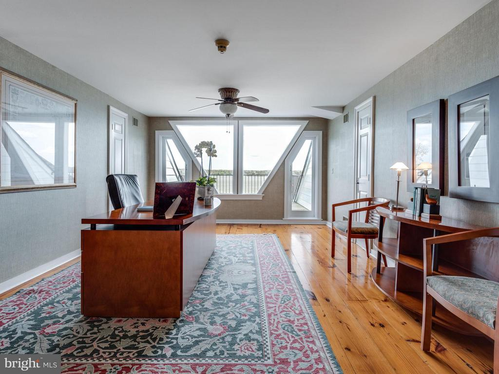 Top floor Library/Office/Bedroom w/ roof-top deck! - 7705 NORTHDOWN RD, ALEXANDRIA