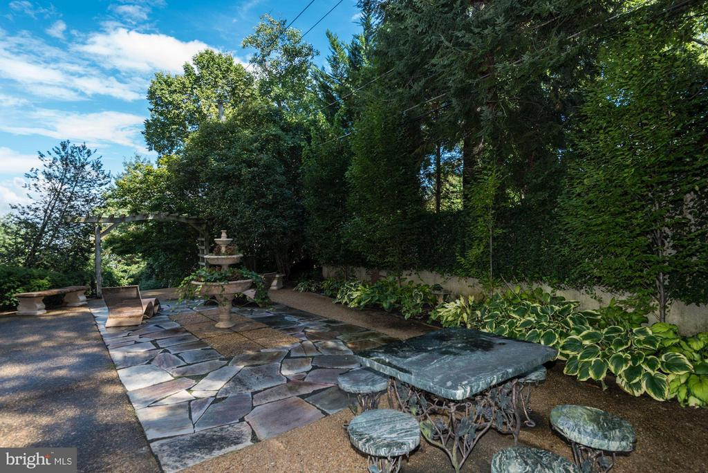 Magnificent patio on side of home off of Family Rm - 7705 NORTHDOWN RD, ALEXANDRIA