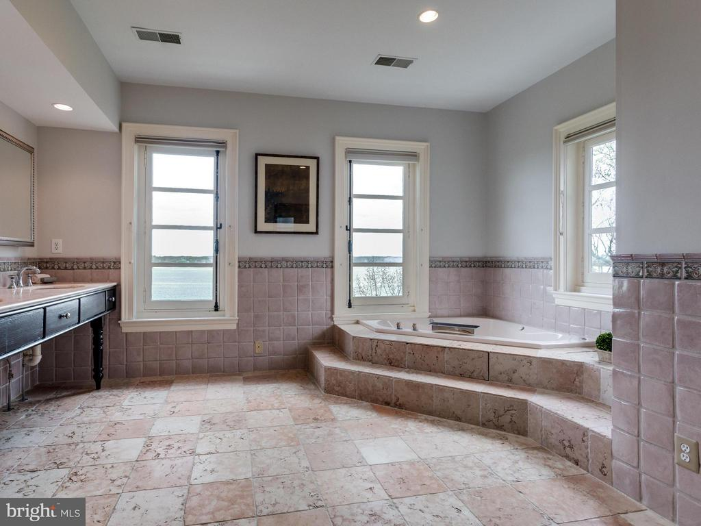 Perfectly placed two-person jetted tub with view - 7705 NORTHDOWN RD, ALEXANDRIA