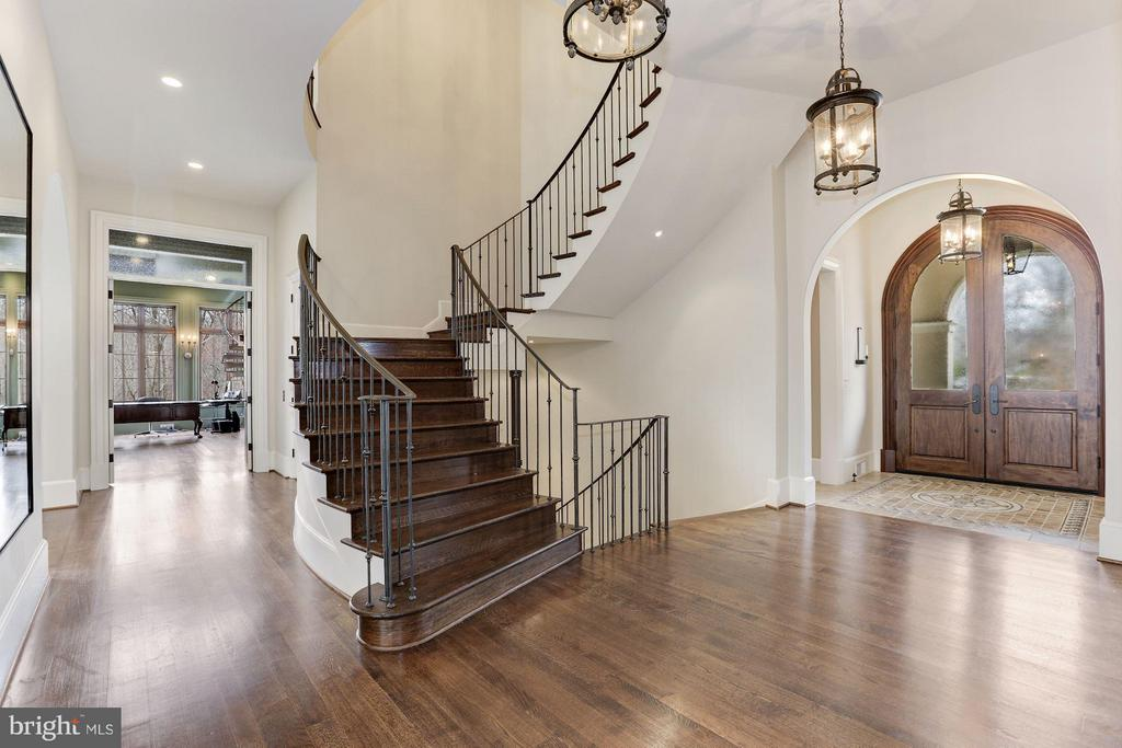 Entry Foyer - 906 TURKEY RUN RD, MCLEAN