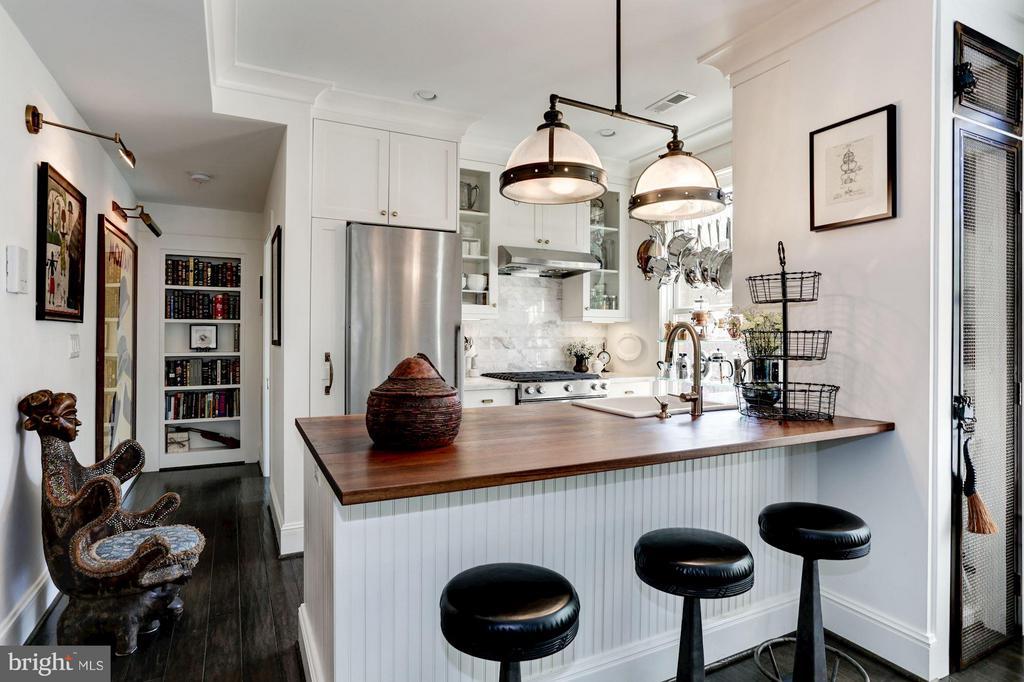 Features high-end appliances, Ocean White marble - 1223 5TH ST NW, WASHINGTON
