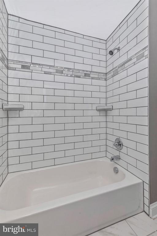 Beautiful subway tile with accent. - 10133 ROCKY RIDGE RD, ROCKY RIDGE