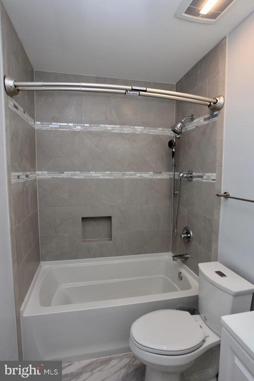 2nd Floor Guest Bath - 9835 LAKEPOINTE DR, BURKE
