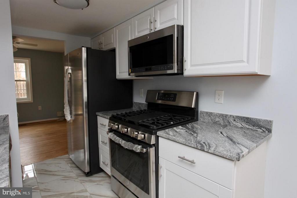Kitchen - 9835 LAKEPOINTE DR, BURKE