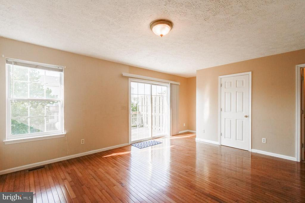 Bright Airy Family Room - 319 COPPERFIELD LN, WINCHESTER
