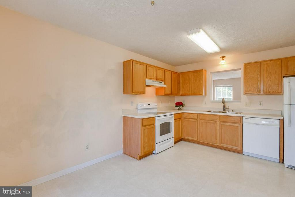 Large Eat-In Kitchen - 319 COPPERFIELD LN, WINCHESTER