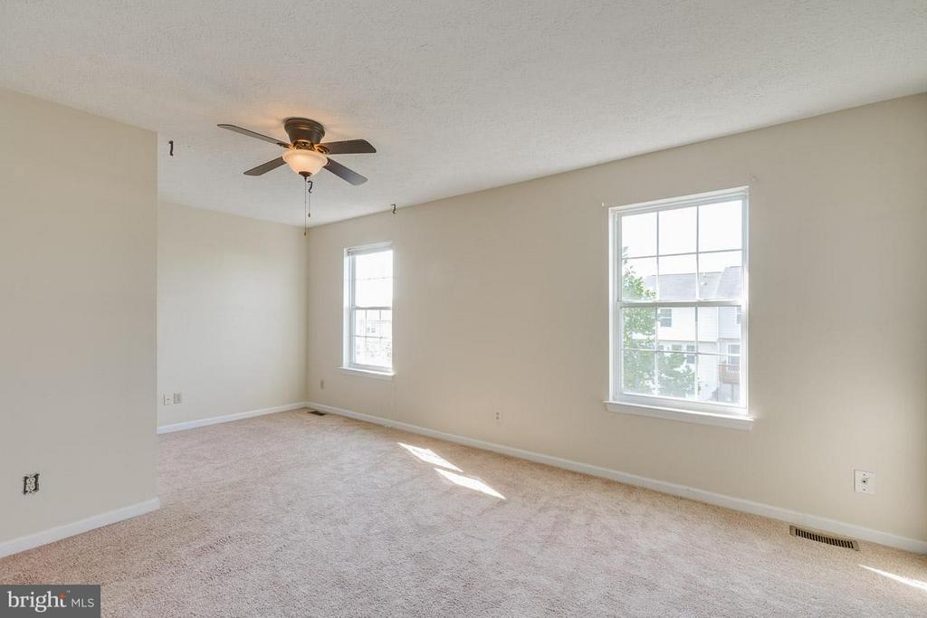 Spacious Master Bedroom - 319 COPPERFIELD LN, WINCHESTER