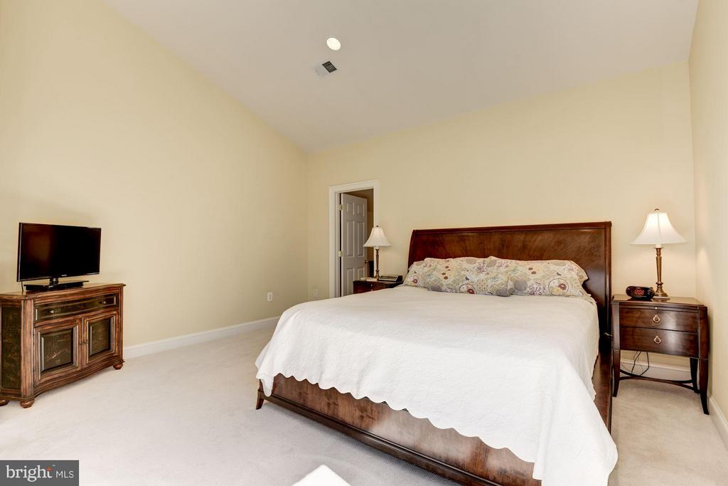 Large Master Bedroom with Sitting Room - 11203 GUNSTON RD, LORTON