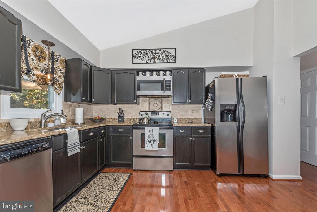Stainless steel appliances. - 10801 N GLADE CT, NEW MARKET