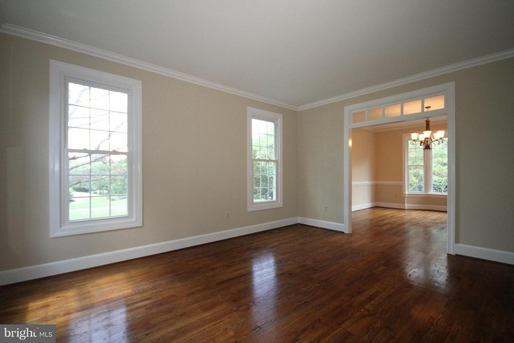 Living Room with crown molding - 1209 TOTTENHAM CT, RESTON