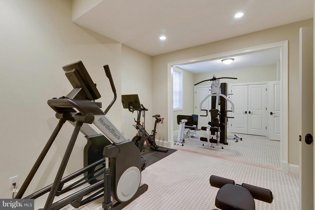 Huge gym/6th bdrm can be converted to 2 rooms - 2326 VERMONT ST N, ARLINGTON
