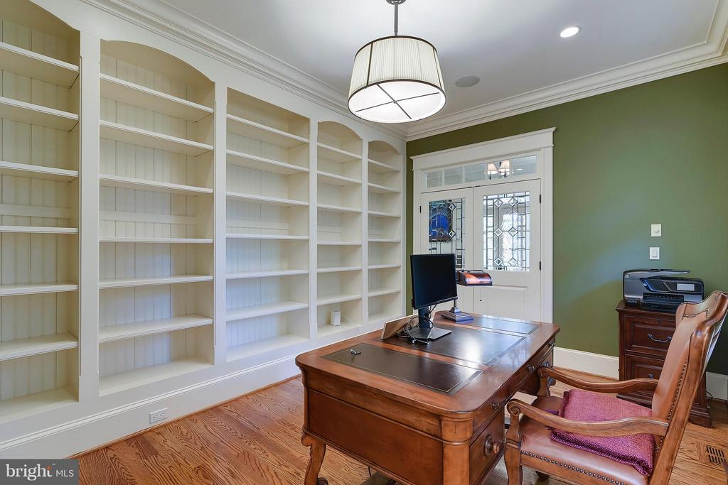 Library-Superior craftsmanship throughout! - 2326 VERMONT ST N, ARLINGTON