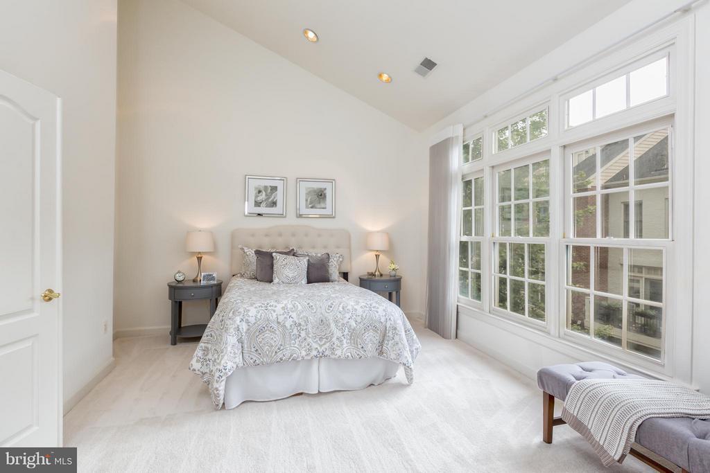 Bedroom (Master) - 7447 CARRIAGE HILLS DR, MCLEAN