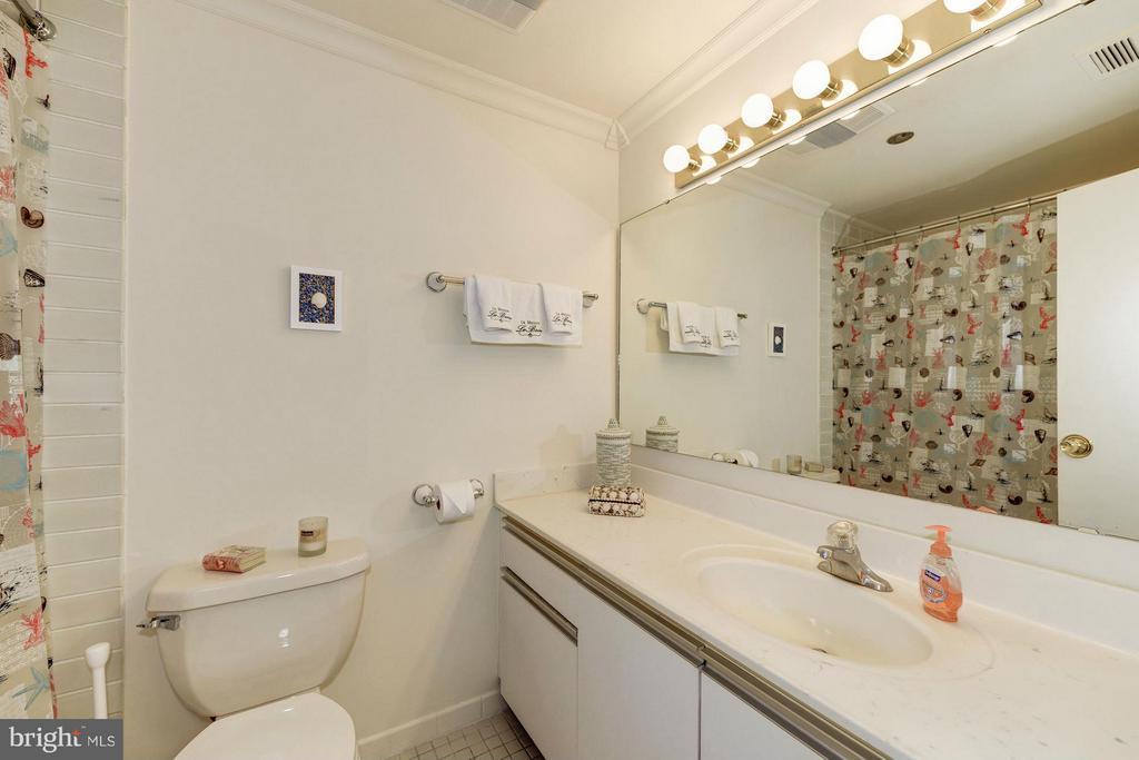Bath - 1805 CRYSTAL DR #602S, ARLINGTON