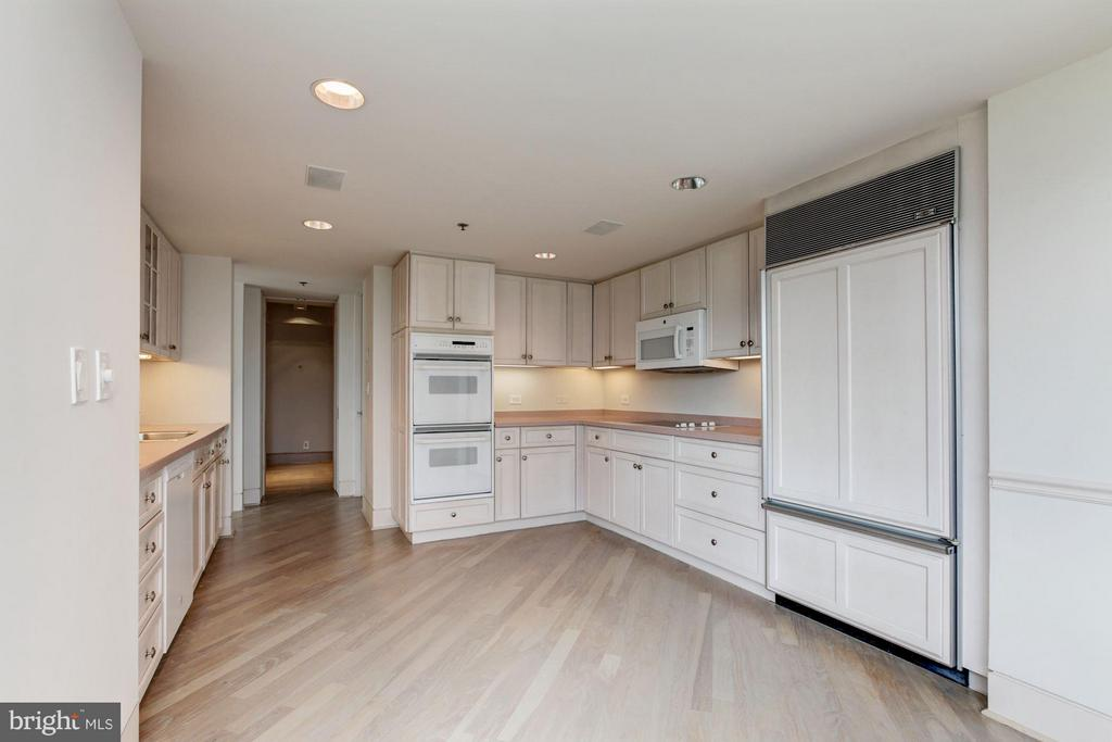 Kitchen w/built-in cabinetry - 5600 WISCONSIN AVE #803, CHEVY CHASE