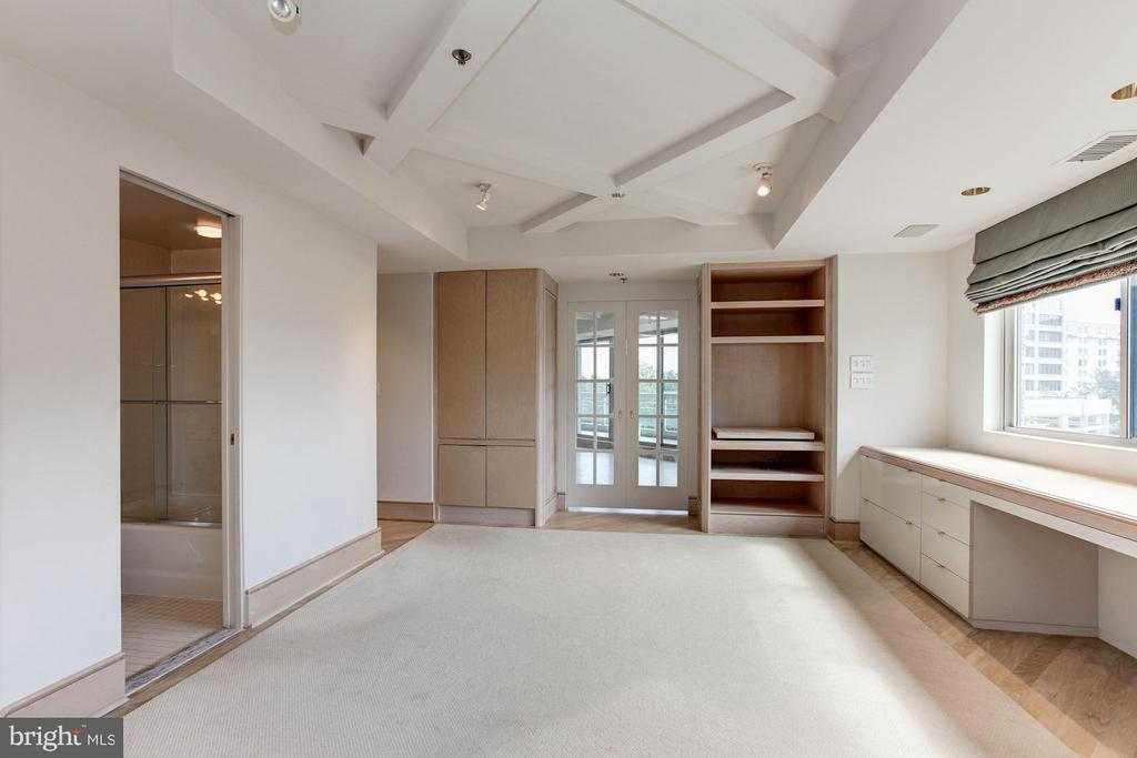 Bedroom w/ built-ins and desk - 5600 WISCONSIN AVE #803, CHEVY CHASE