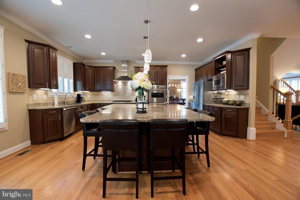 Chef's kitchen, 6 seat kitchen island, 2 lg sinks - 2332 KENMORE ST N, ARLINGTON