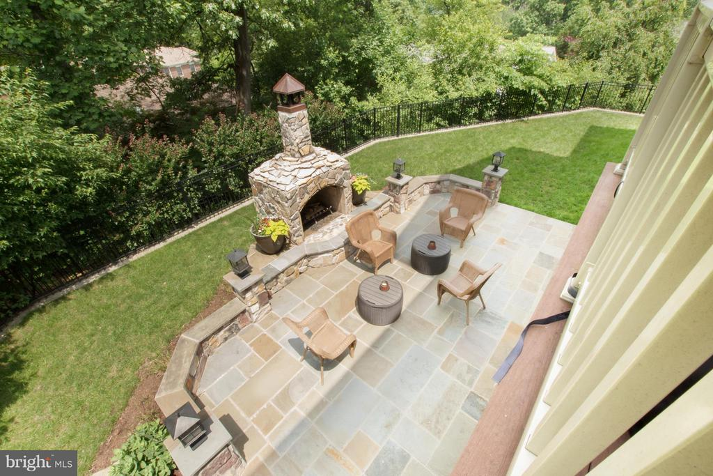 Gorgeous back yard - room to play and entertain! - 2332 KENMORE ST N, ARLINGTON