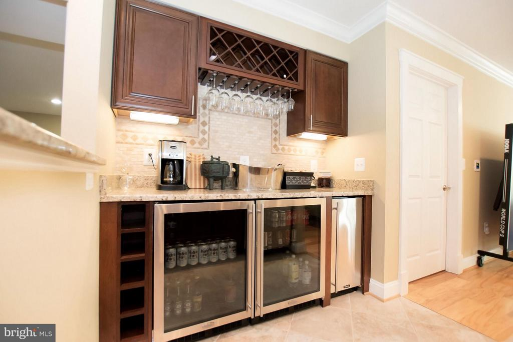 Lower level wet bar w/ 2 Marvel fridge, sink, DW - 2332 KENMORE ST N, ARLINGTON