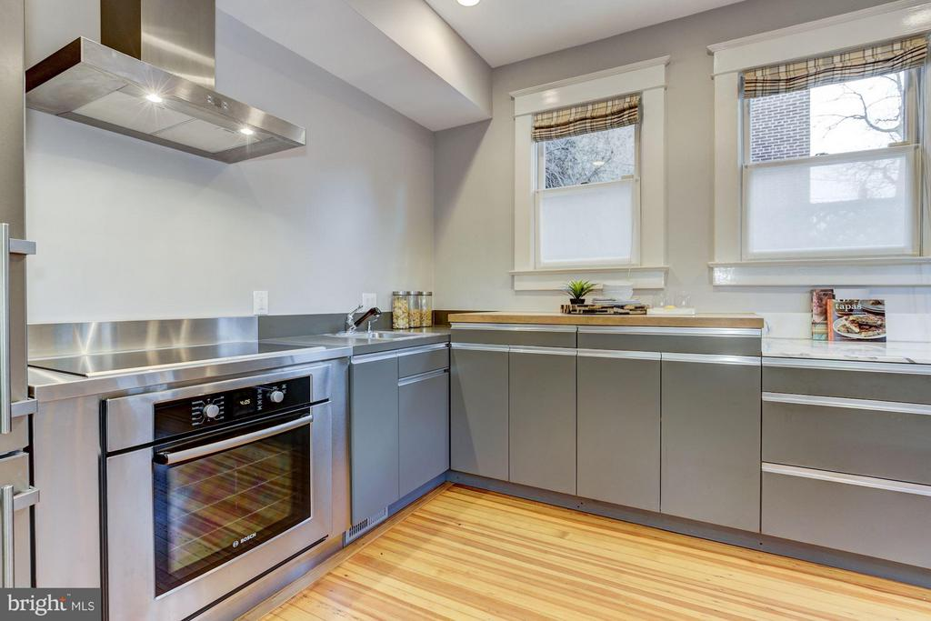 ...with streamlined cabinets - 3029 O ST NW, WASHINGTON