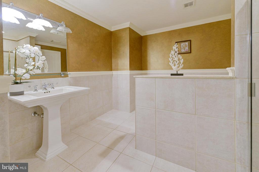 Spacious full bath on entry level - 4750 41ST ST NW #502, WASHINGTON