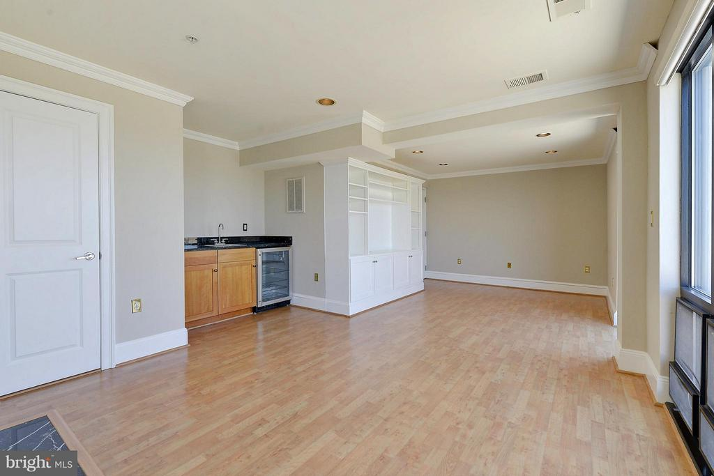 Family Room wet bar - 4750 41ST ST NW #502, WASHINGTON