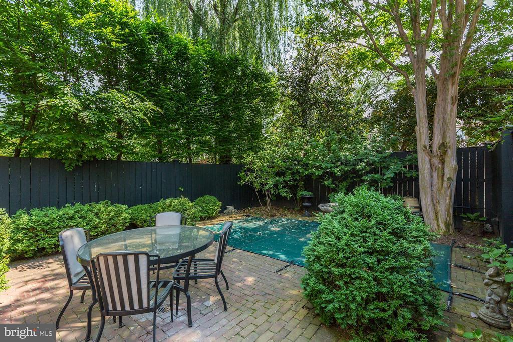 Back yard with a pool - 3258 O ST NW, WASHINGTON