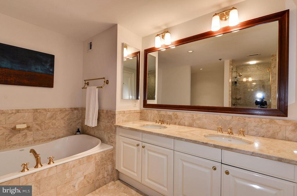 En Suite Bath w/ Dual Sinks - 1155 23RD ST NW #2C, WASHINGTON