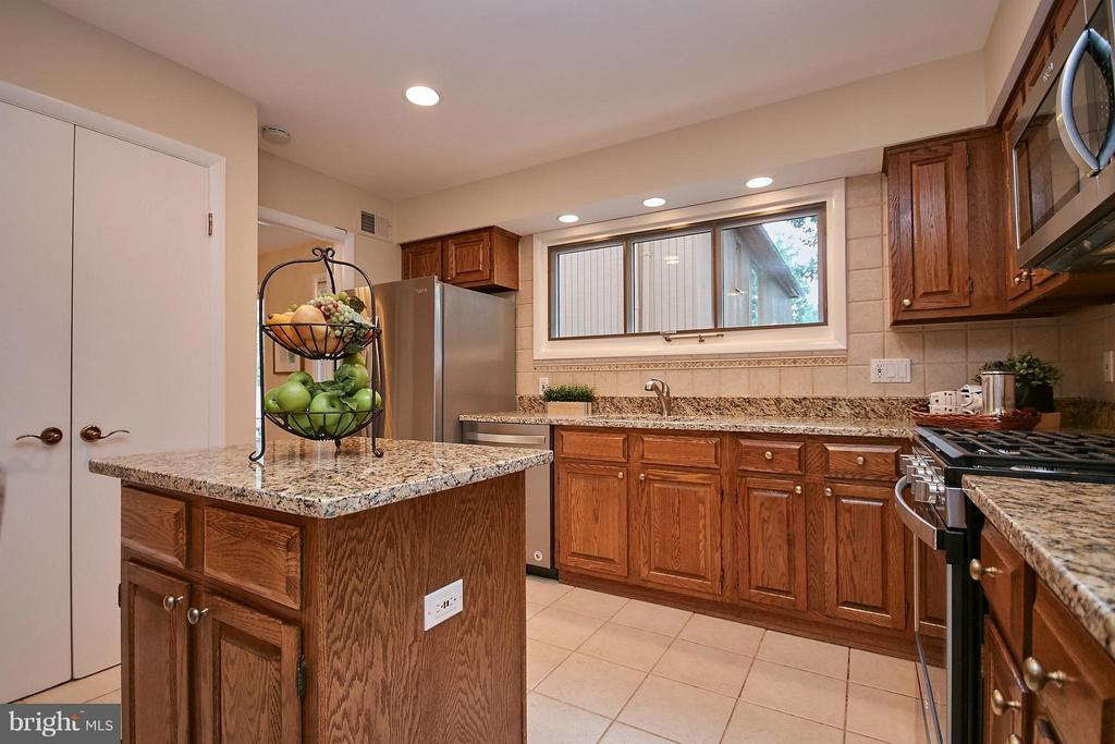 With Island - 9938 GREAT OAKS WAY, FAIRFAX